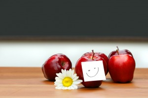 delicious-red-apples-on-desk-with-blackboard